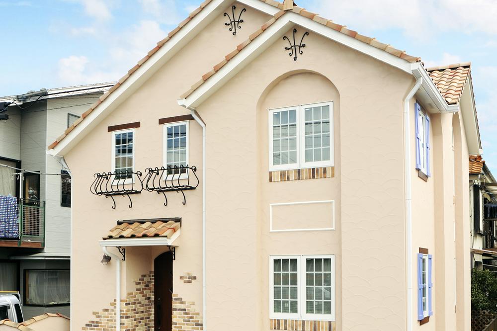 「絵本を飛び出したような可愛い家が建てたい」塗壁と洋瓦の南欧風輸入住宅