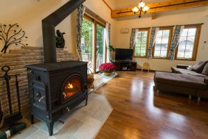 薪ストーブの暖かさに囲まれる北欧デザインの家