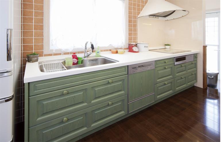 グリーンのさわやかなキッチン