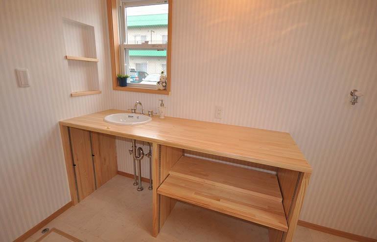 木製の造作洗面カウンター