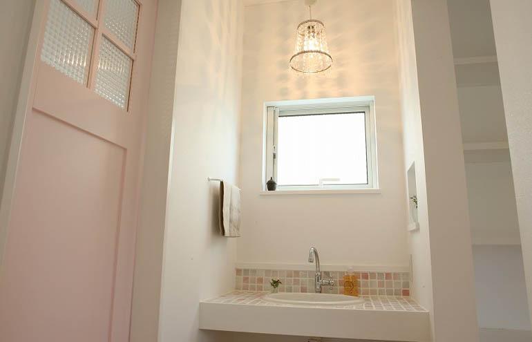 可愛らしいタイルの造作洗面台
